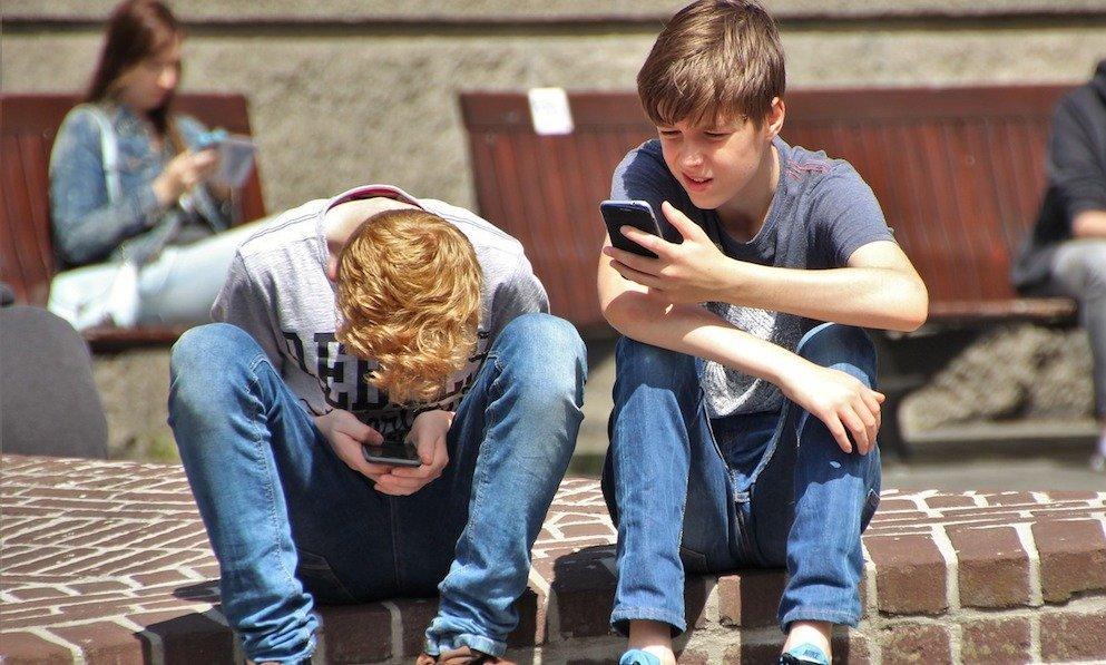 Uae: tutti incollati ai telefonini